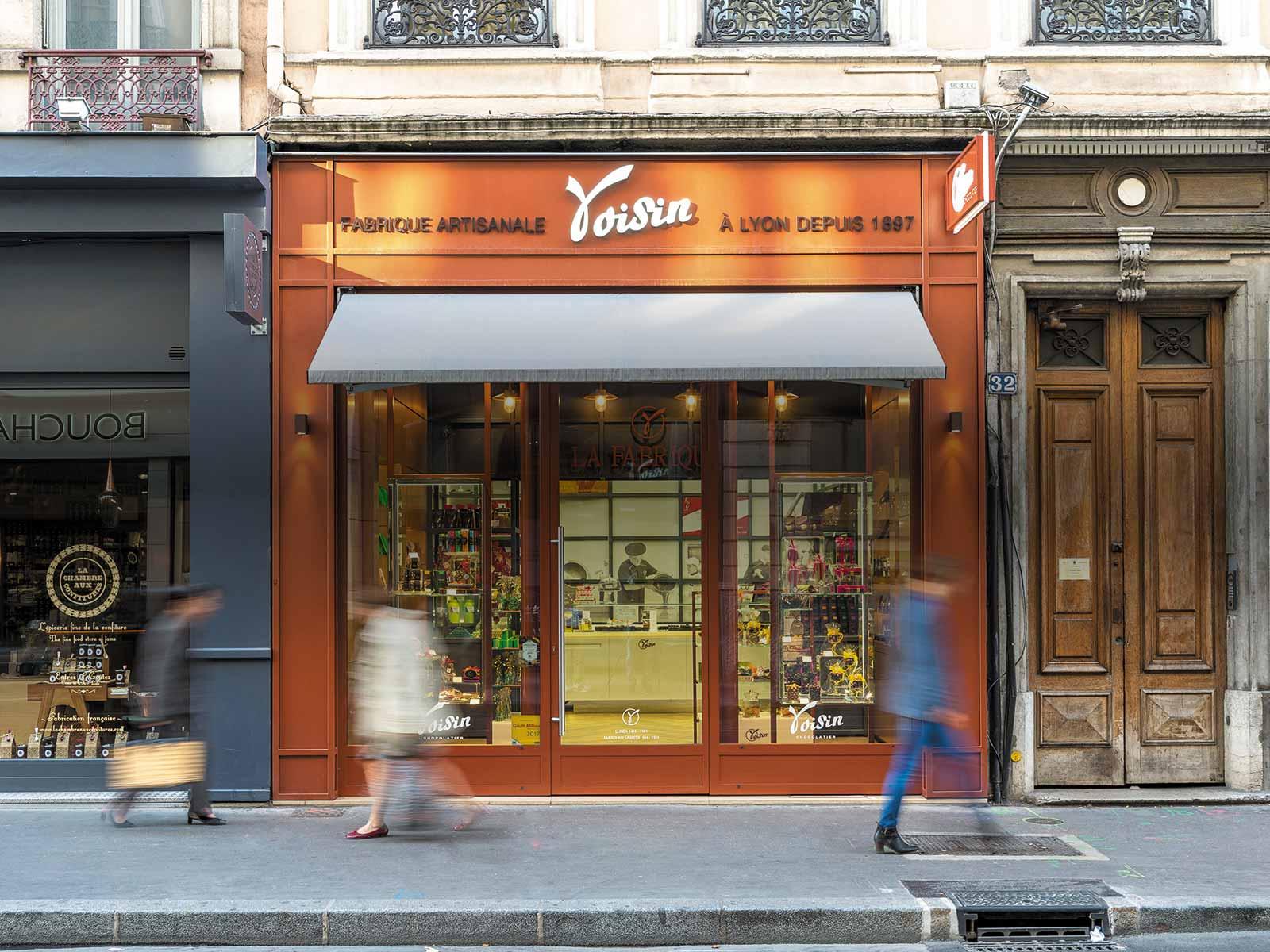 Enseigne d'une boutique Voisin